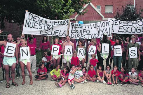 Los padres se manifestaron el martes en pañales  (Foto: E. P.)