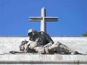 """El Foro por la Memoria pide la """"voladura controlada"""" de la cruz del Valle de los Caídos"""