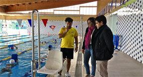 La piscina municipal estrena una silla elevadora para for Piscina cubierta galapagar