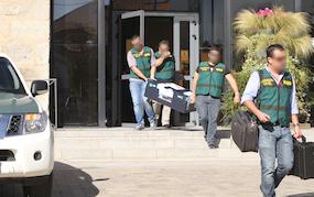 Agentes de la UCO, saliendo con documentación del Ayuntamiento de Collado Villalba (Foto: Marisa Tahoces)
