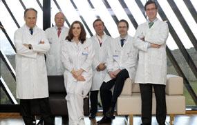 De izquierda a derecha en la fotografía, los doctores Damián García, Adolfo Bermúdez  de Castro, Ana Olivares, Jesús Fernández, Héctor Guadalajara y Guillermo Payeras