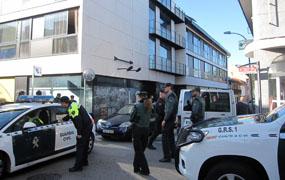 Un centenar de agentes de la Guardia Civil desaloja el edificio ocupado de la calle Madrid