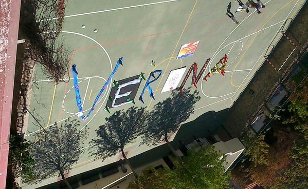 Muestras de apoyo en el patio de La Inmaculada Concepción, colegio donde estudió el ciclista gurriato