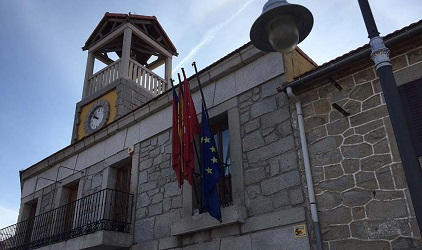 La bandera de Europa ondea a media asta en Moralzarzal en solidaridad con los refugiados