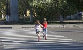 """En marcha la campaña escolar """"Para, Mira, Cruza"""" en los pasos de peatones de Collado Villalba"""