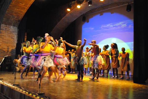 Voces que cambian el mundo… sobre el escenario de la Giralt Laporta con el emocionante concierto del Coro Safari