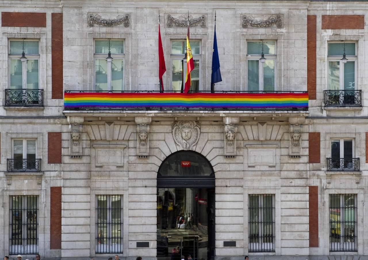 La Bandera Arco Ris En La Sede De La Comunidad De Madrid