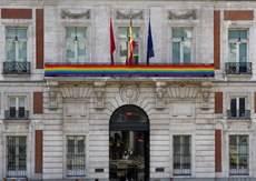 La bandera arcoíris, en la sede de la Comunidad de Madrid con motivo de la Semana del Orgullo