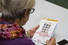 Mayores madrileños aprenden las utilidades de los teléfonos inteligentes para su vida diaria