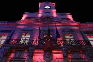 La sede de la Comunidad se tiñe de rojo por el Día Mundial del Sida