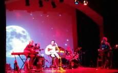 Sombra de Luna emociona al público con sus canciones de especial acento social en el concierto a beneficio de Mozambique