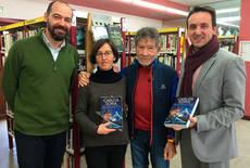 Carlos Soria dona un ejemplar de su biografía a la biblioteca de Moralzarzal