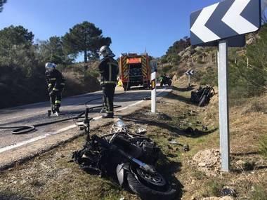 Dos motos arden en un accidente múltiple en Robledo de Chavela