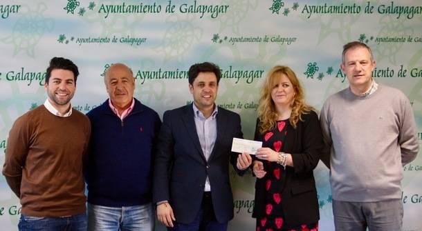 Galapagar hace entrega de un cheque de 7.500 euros a la Asociación ADISGUA