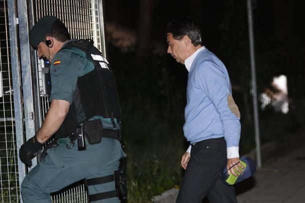Ignacio González entra en el cuartel de la Guardia Civil de Tres Cantos para pasar la noche