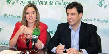 La edil Carla Greciano, junto al alcalde de Galapagar