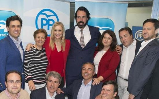 Jorge García, en el centro junto a Cristina Cifuentes, deja también su acta de concejal