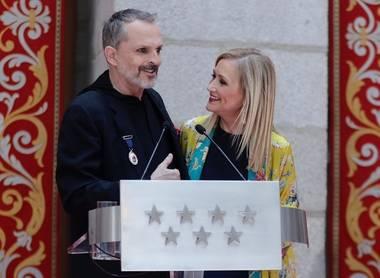 Cifuentes entrega a Miguel Bosé la Medalla Internacional de las Artes de la Comunidad de Madrid
