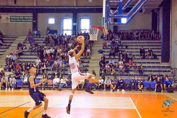 El equipo junior de baloncesto masculino de HM Torrelodones campeón de la 'International Bonprix Cup'