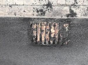 El PP de Torrelodones pide limpiar y eliminar resto de asfalto de las alcantarillas del municipio