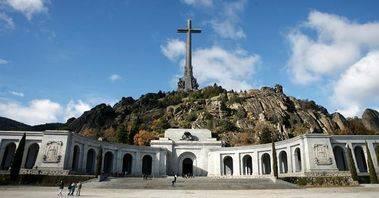 Baltasar Garzón pone una demanda para sacar del Valle de los Caídos a Franco y Primo de Rivera