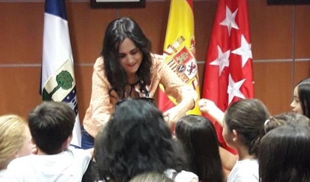 En la imagen Teresa junto a alumnos del Juan Falcó