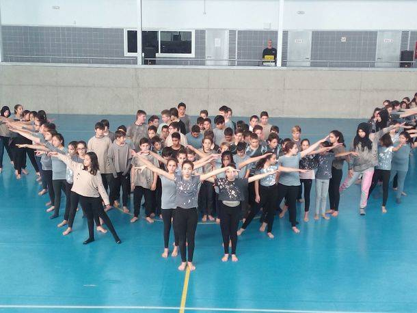 Los alumnos de 1º de ESO de Valdemorillo, bailan por la integración con coreografía propia y llevan a la pista del Eras Cerradas 'Voyage, un relato'