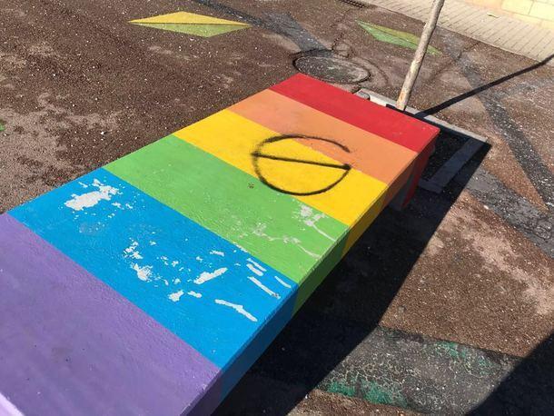 Aparecen nuevas pintabas LGBfóbicas en la calle del Instituto de Torrelodones