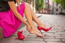 Los tacones, el bolso, agacharnos, levantar peso o planchar, potenciales peores enemigos de una correcta salud postural