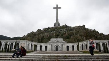 El abogado Eduardo Ranz explicó a los socialistas villalbinos la exhumación en el Valle de los Caídos