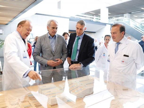 El Dr. Adolfo Bermúdez, dtor. asistencial del HGV, el consejero, el gerente del hospital, Juan Antonio Álvaro de la Parra, y el dtor. de Continuidad Asistencial, el Dr. Javier Dodero