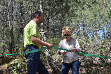 La alcaldesa inaugura un nuevo circuito de tirolinas en Forestal Park