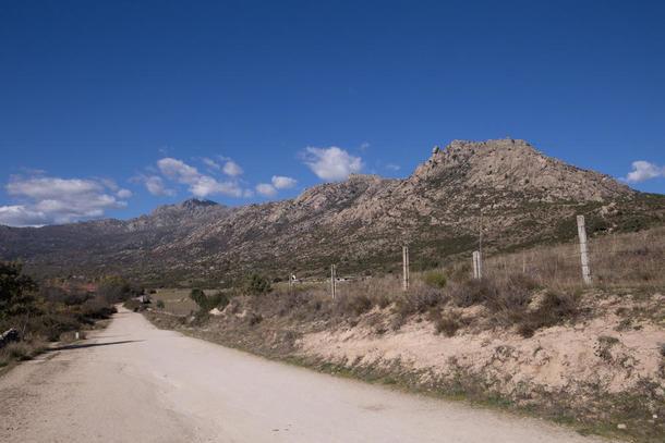 Ecologistas en Acción pasa por la Colada de Cerceda a El Boalo ilegalmente asfaltada hace años