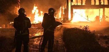 Ocho dotaciones de bomberos no pudieron impedir que se calcinara un chalet en Valdemorillo