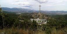 Una 'Misa por España' y una concentración para retirar la tumba de Franco coinciden este domingo en el Valle
