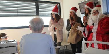 Sonrisas, villancicos y regalos para los mayores ingresados esta Navidad en el Hospital General de Villalba