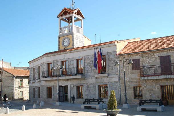 El Ayuntamiento de Moralzarzal se ilumina de verde para visibilizar la lucha contra el Cáncer