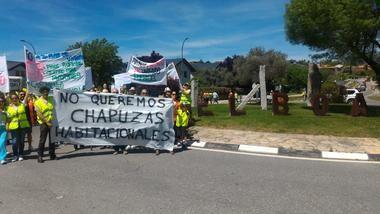 Medio millar de vecinos se manifestaron en El Boalo contra el Plan de Vivienda Municipal