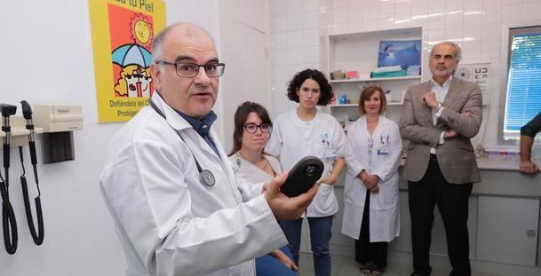 Los Centros de Salud de la Comunidad de Madrid incorporan la técnica del dermatoscopio para la detección de melanomas y otras lesiones