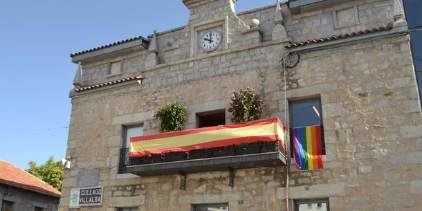 Por primera vez, la bandera de LGTBI ondea en el edifico del Ayuntamiento de Collado Villalba