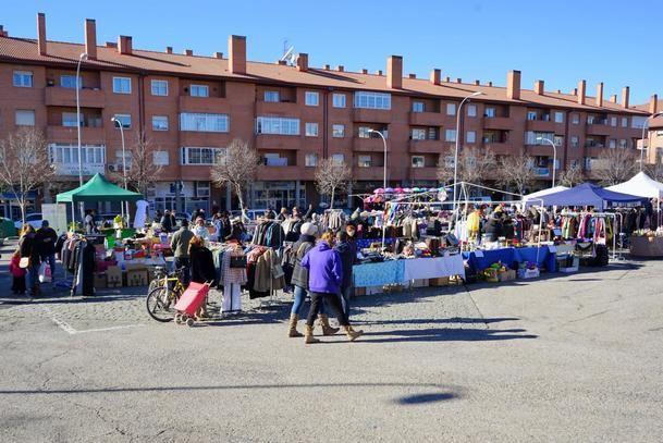 El mercadillo se traslada al 'parking' de la Ciudad Deportiva