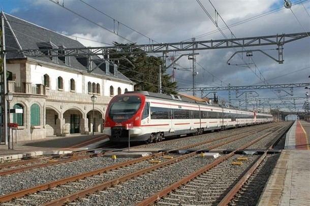 Una mujer consigue salir ilesa de su coche de ser arrollada por un tren en Cercedilla