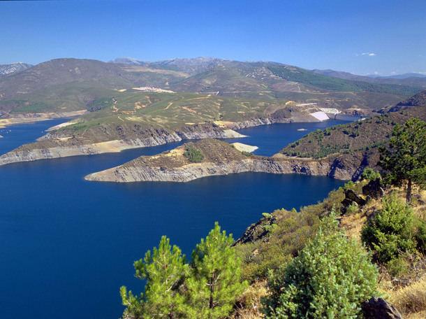 Los madrileños valoran con un notable alto la calidad del agua y el servicio del Canal de Isabel II