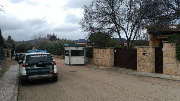 Los vecinos de la Urbanización de Pablo Iglesias en La Navata se quejan de que la caseta de la Guardia Civil dificulta el tráfico
