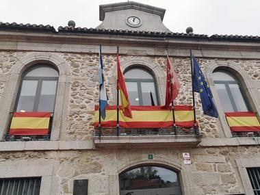 El Ayuntamiento de Valdemorillo engalanado para la celebración de la Fiesta Nacional