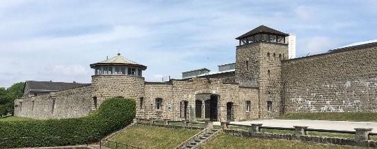 Acto de homenaje a los deportados de la Sierra de Guadarrama en el campo de concentración de Mauthausen