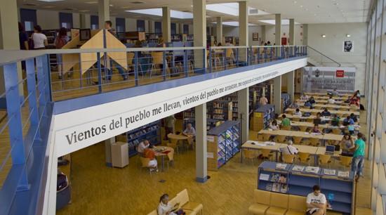 Los usuarios de la Biblioteca Miguel Hernández de Collado Villalba piden un mejor servicio para los ciudadanos