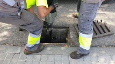 Villanueva de la Cañada realiza labores de limpieza de imbornales en previsión de posibles inundaciones